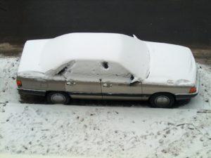 Voiture garée neige